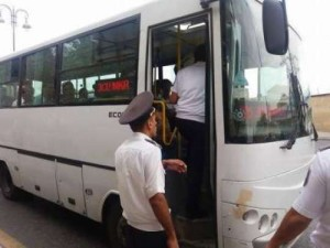 """Nəqliyyat Nazirliyinin əməkdaşları Bakıda avtobus """"ovu""""na çıxıb"""