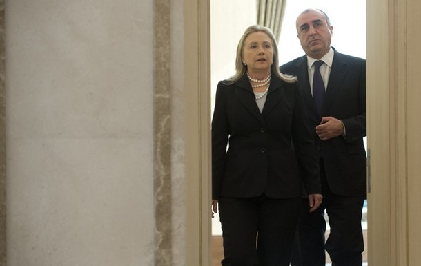 Azerbaijan's Foreign Minister Elmar Mammadyarov (R) and US Secretary of State Hillary Clinton arrive for a joint press conference at Heydar Aliyev International Airport in Baku, Azerbaijan, June 6, 2012. AFP PHOTO / POOL / Saul LOEB        (Photo credit should read SAUL LOEB/AFP/GettyImages)